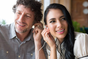 couple_listening_to_music_with_earbuds