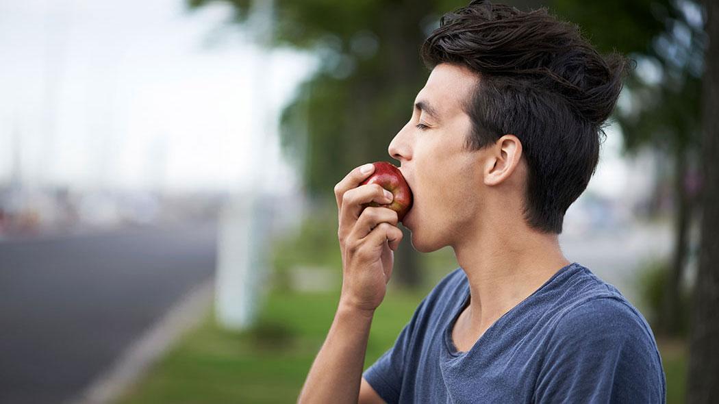 uomo-morsica-una-mela